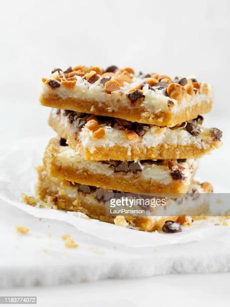 7 layer coconut dessert squares - caramelo de manteiga comida doce imagens e fotografias de stock