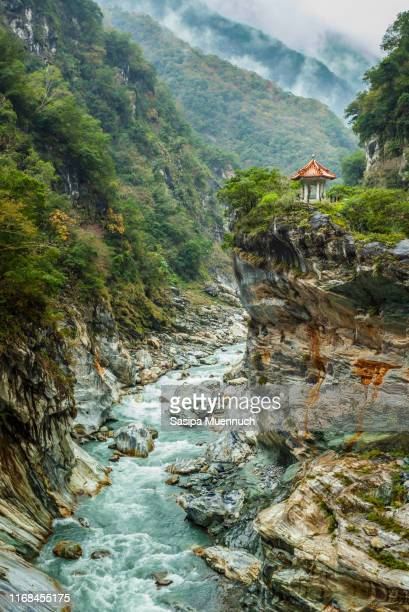 layers of mountain and a chinese storeyed building at taroko gorge - couches superposées photos et images de collection