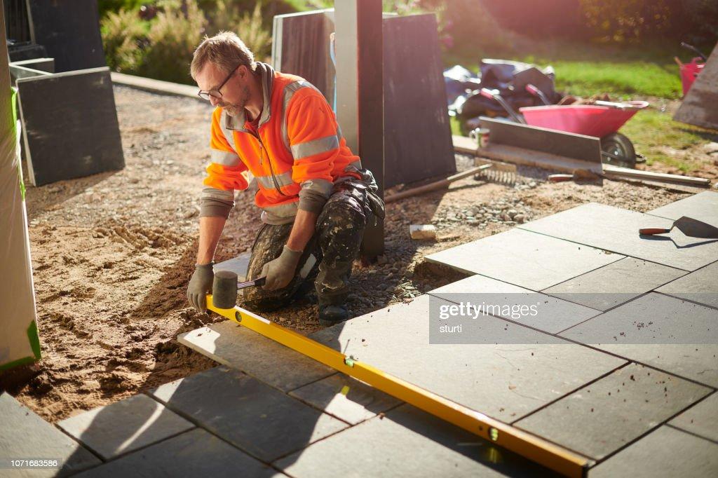 laying a patio in slate : Foto de stock