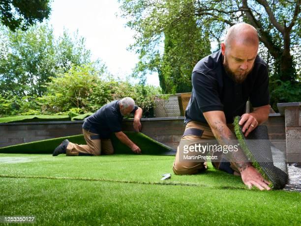人工芝を敷設 - 人工的 ストックフォトと画像
