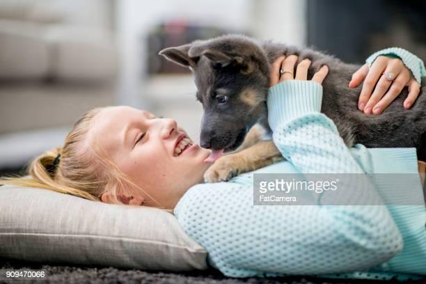Tendido en la alfombra con cachorro