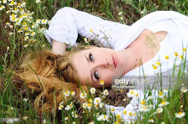 Leg dich auf dem Rasen