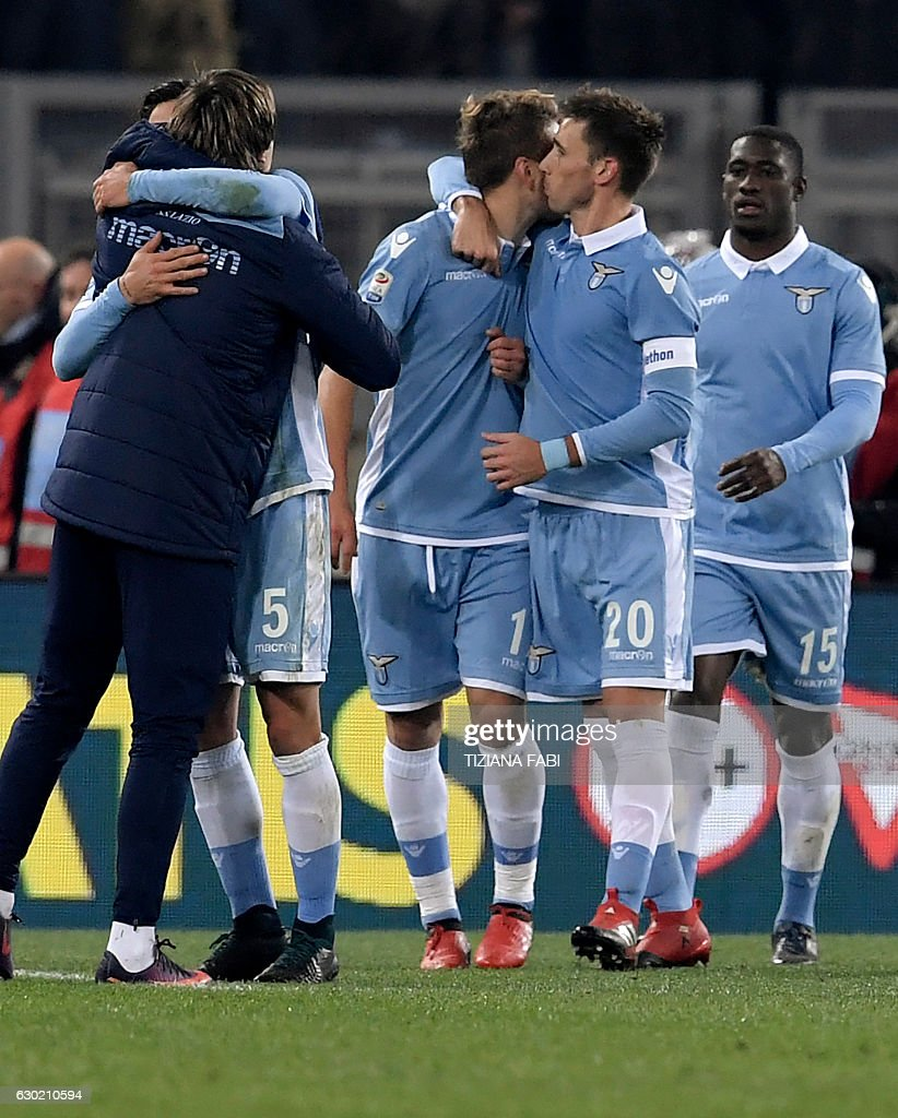 Lazio's Argentinian midfielder Lucas Biglia (2ndR) celebrates with teammates after scoring a goal during the Serie A football match between Lazio and Fiorentina at Olympic Stadium in Rome on December 18, 2016. / AFP / TIZIANA