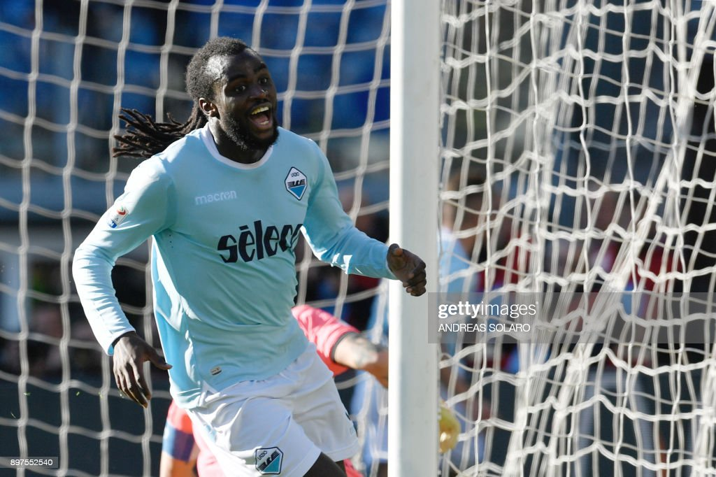 Lazio's Belgian defender Jordan Lukaku celebrates after scoring a goal during the Italian Serie A football match between Lazio and Crotone at The 'Olympic' Comunal Stadium in Rome, on December 23, 2017. / AFP PHOTO / Andreas SOLARO