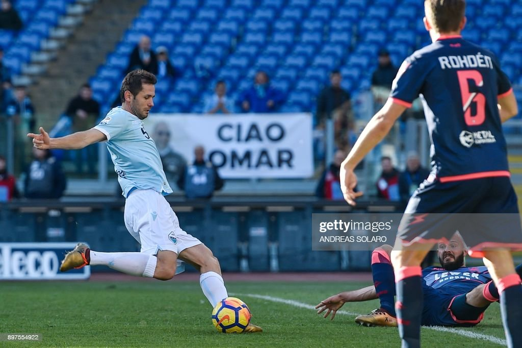 Lazio's Bosnian midfielder Senad Lulic (L) shoots and scores a goal during the Italian Serie A football match between Lazio and Crotone at The 'Olympic' Comunal Stadium in Rome, on December 23, 2017. / AFP PHOTO / Andreas SOLARO