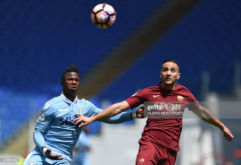 TOPSHOT - Lazio's forward from Senegal Balde Diao Keita (L) vies with Roma's defender from Greece Kostas Manolas during the Italian Serie A football match AS Roma vs Lazio on April 30, 2017 at the Olympic Stadium in Rome. /