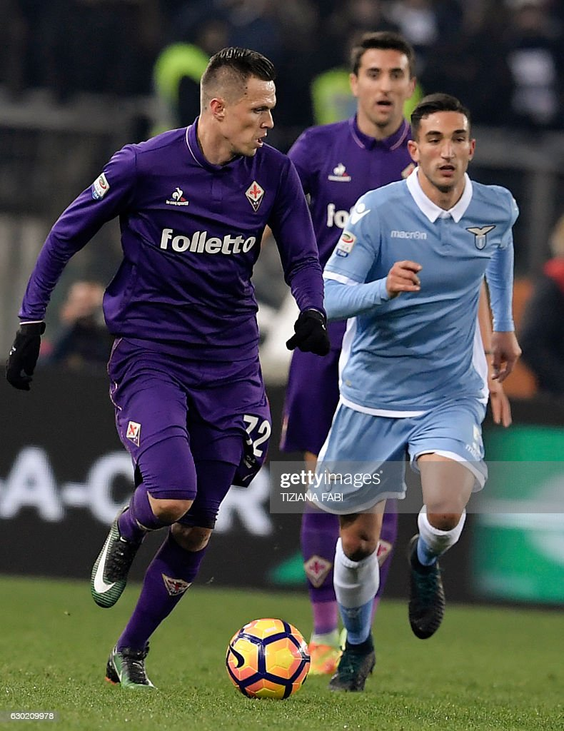 Lazio's Italian midfielder Danilo Cataldi (R) vies for the ball with Fiorentina's Slovenian midfielder Josip Ilicic during the Serie A football match between Lazio and Fiorentina at Olympic Stadium in Rome on December 18, 2016. / AFP / TIZIANA