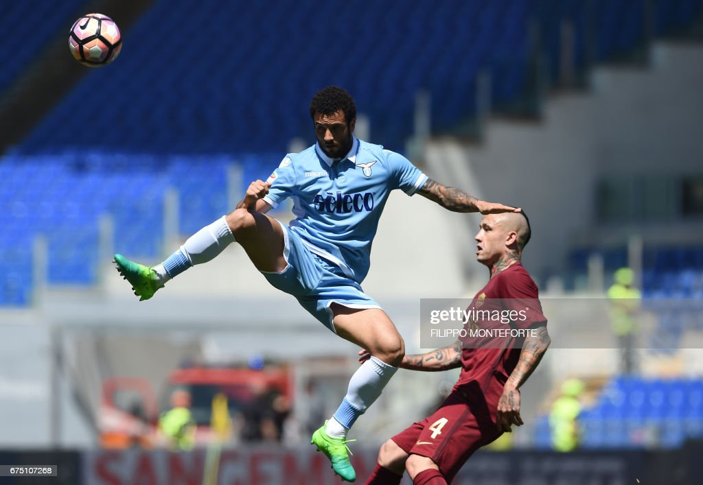 TOPSHOT - Lazio's midfielder from Brazil Felipe Anderson (L) vies with Roma's midfielder from Belgium Radja Nainggolan during the Italian Serie A football match Roma vs Lazio at the Olympic Stadium in Rome on April 30, 2017. /