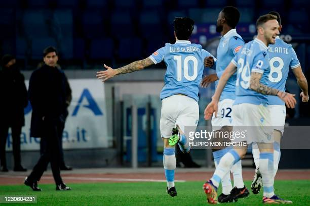 Lazio's Spanish midfielder Luis Alberto C) celebrates after scoring Lazio's third goal as Roma's Portuguese coach Paulo Fonseca reacts during the...