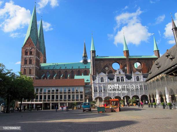 lübeck city square with town hall and  st. mary's church - rathaus stock-fotos und bilder
