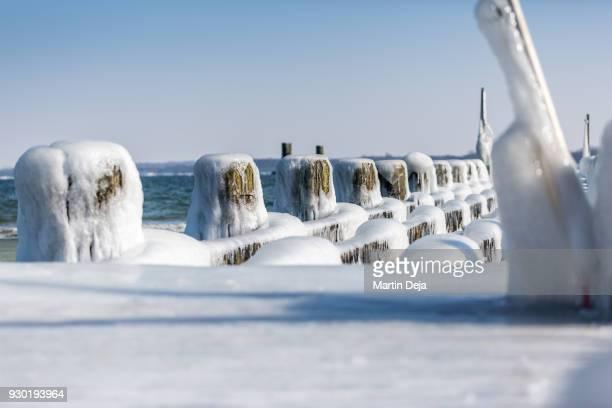 lübeck travemünde frozen jetty in winter - travemünde - fotografias e filmes do acervo
