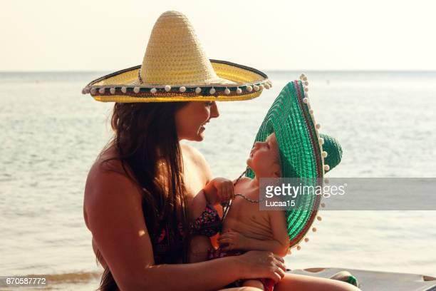 Lächelnde Mutter und ihr Baby am Strand