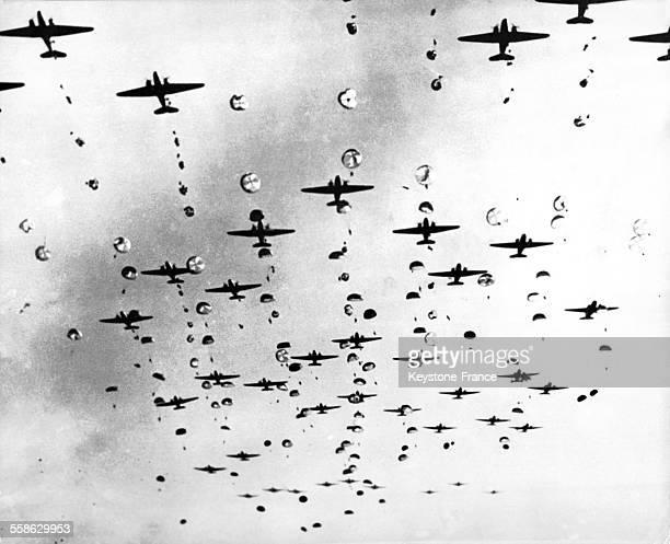 Lâcher de parachutistes des forces alliées sur Arnhem, Pays-Bas en septembre 1944.