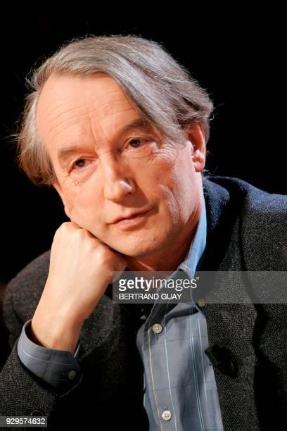 l'écrivain Patrick Grainville pose pour le photographe sur le plateau de l'émission 'Vol de Nuit' dont il était l'invité le 03 janvier 2006 à la...