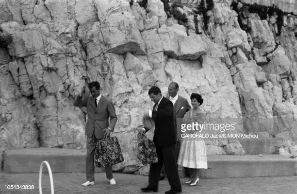 Le 10ème Festival de Cannes se déroule du 2 au 17 mai 1957 Curd JURGENS et son exépouse Eva BARTOK au bord de la piscine de l'EdenRoc au CAP...