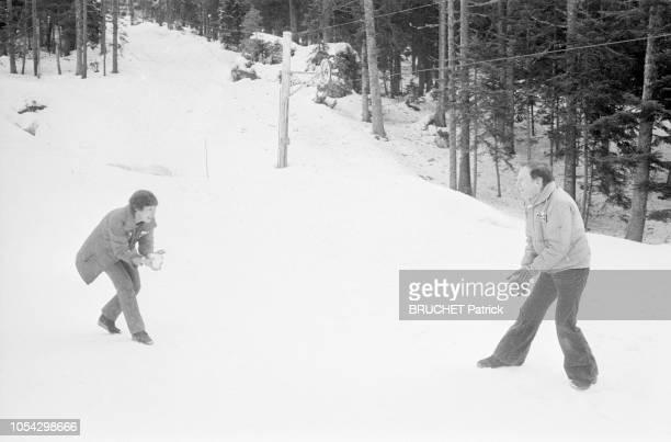 FROID le 11 janvier 1982 JeanLouis TRINTIGNANT et sa compagne Mariane HOEPFNER pilote de course se relaxent en HauteLoire lors de la reconnaissance...