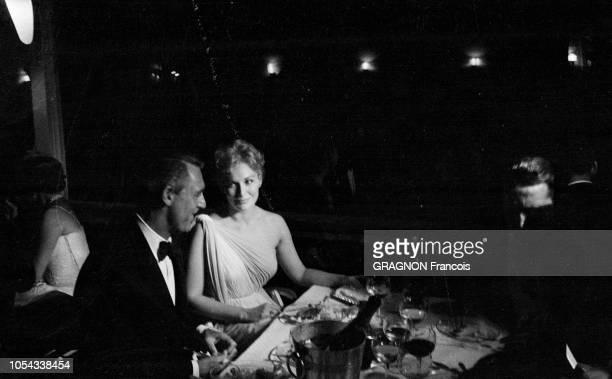 Le 12ème Festival de Cannes se déroule du 30 avril au 15 mai 1959 Cary GRANT dînant aux côtés de Kim NOVAK tous deux se regardant en souriant lors...