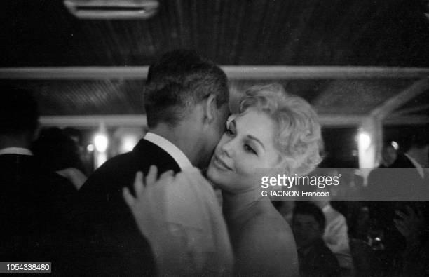 Le 12ème Festival de Cannes se déroule du 30 avril au 15 mai 1959 Cary GRANT dansant un slow joue contre joue avec Kim NOVAK souriante lors d'une...