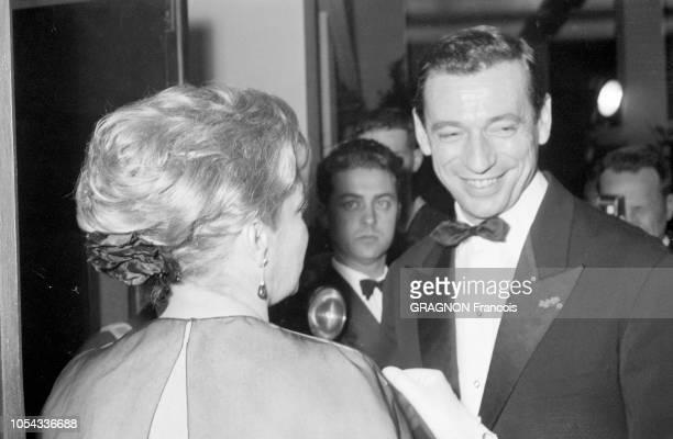 Le 12ème Festival de CANNES se déroule du 30 avril au 15 mai 1959 Simone SIGNORET de dos le soir de la projection de son film 'Les chemins de la...