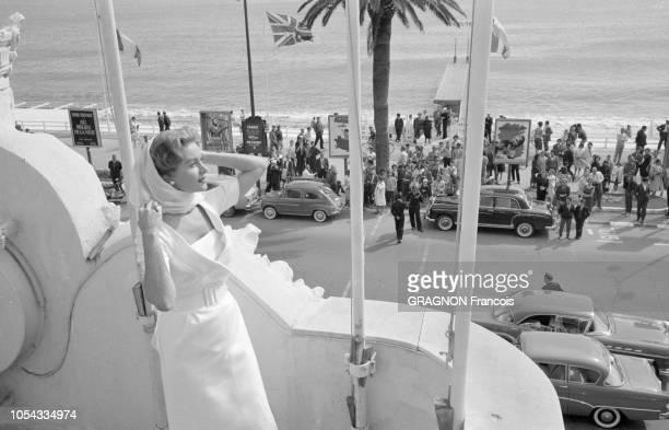 Le 12ème Festival de Cannes se déroule du 30 avril au 15 mai 1959 plan de profil souriant de Rhonda FLEMING un foulard sur la tête posant sur la...