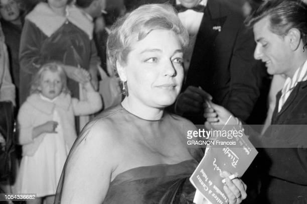 Le 12ème Festival de CANNES se déroule du 30 avril au 15 mai 1959 plan de troisquarts de Simone SIGNORET une cigarette à la main le soir de la...