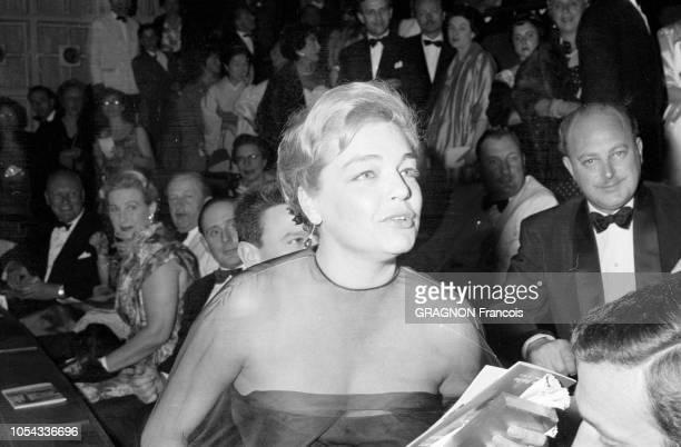 Le 12ème Festival de CANNES se déroule du 30 avril au 15 mai 1959 plan de troisquarts souriant de Simone SIGNORET le soir de la projection de son...