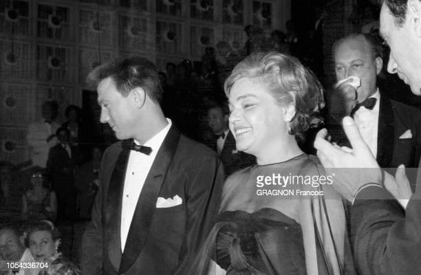 Le 12ème Festival de CANNES se déroule du 30 avril au 15 mai 1959 plan de troisquarts souriant de Simone SIGNORET aux côtés de son partenaire...