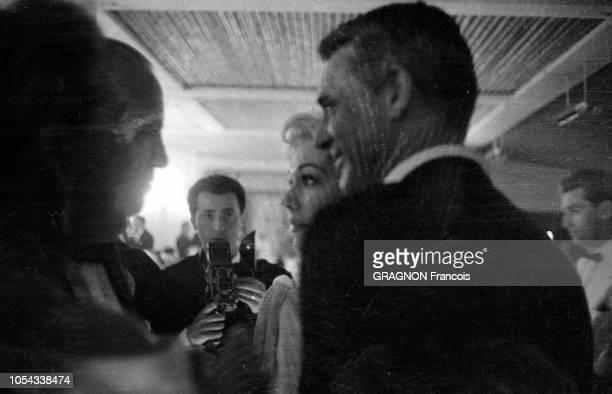 Le 12ème Festival de Cannes se déroule du 30 avril au 15 mai 1959 plan de profil souriant de Cary GRANT avec Kim NOVAK lors d'une soirée après la...