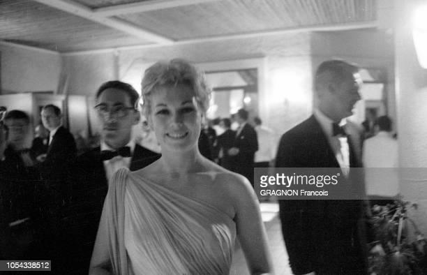 Le 12ème Festival de Cannes se déroule du 30 avril au 15 mai 1959 plan de face souriant de Kim NOVAL lors d'une soirée donnée après la projection du...