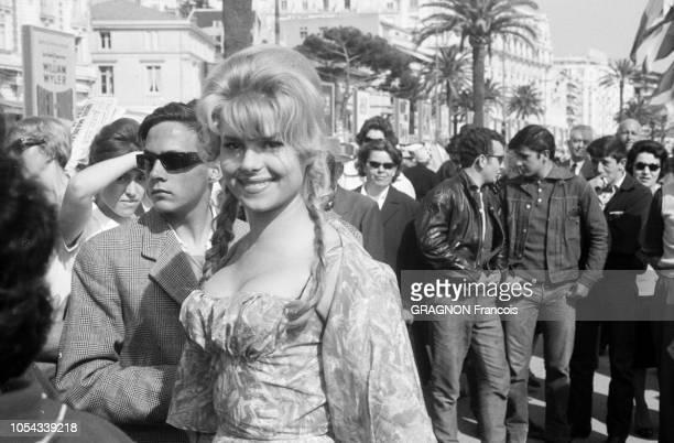 Le 13ème Festival de Cannes 1960 se déroule du 4 au 20 mai 1960 starlette sur la Croisette une Bardot nattes blondes robe décolletée sourire mutin...