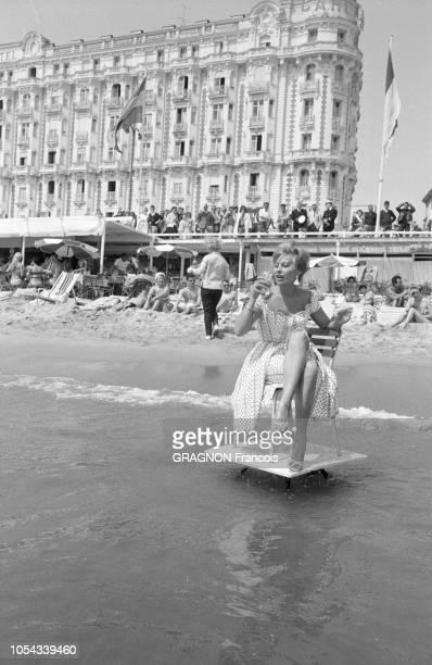 Le 13ème Festival de Cannes se déroule du 4 au 20 mai 1960 : sur la plage du Voilier, une des plus élégantes et des plus courues de Cannes, le...