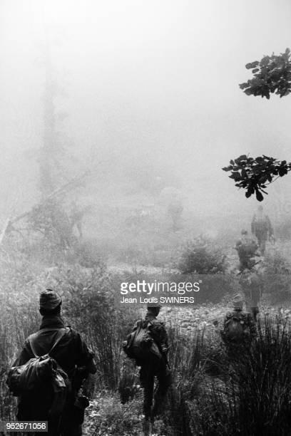 Le 13ème régiment de dragons parachutistes dans la forêt d'Afkadou à côté d'Azazga en Kabylie en Algérie pendant la guerre d'Algérie