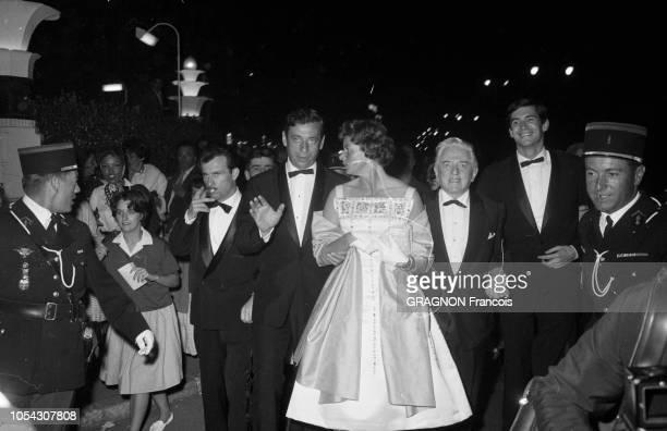 Le 14ème Festival de Cannes se déroule du 3 au 18 mai 1961 arrivée de nuit au Palais des Festivals de l'équipe du film Aimezvous Brahms d'Anatole...