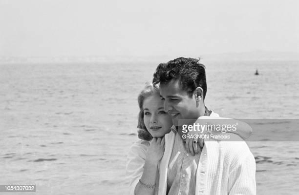 Le 14ème Festival de Cannes se déroule du 3 au 18 mai 1961 attitude souriante de Jill HAWORTH blottie contre son fiancé Sal MINEO lors d'une...