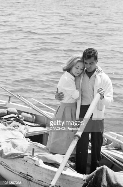 Le 14ème Festival de Cannes se déroule du 3 au 18 mai 1961 attitude de Jill HAWORTH blottie contre son fiancé Sal MINEO la tenant par la taille et...