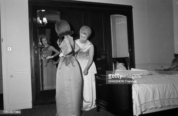 Le 14ème Festival de Cannes se déroule du 3 au 18 mai 1961 Jill HAWORTH se préparant pour une soirée dans sa chambre d'hôtel Elle se regarde dans un...