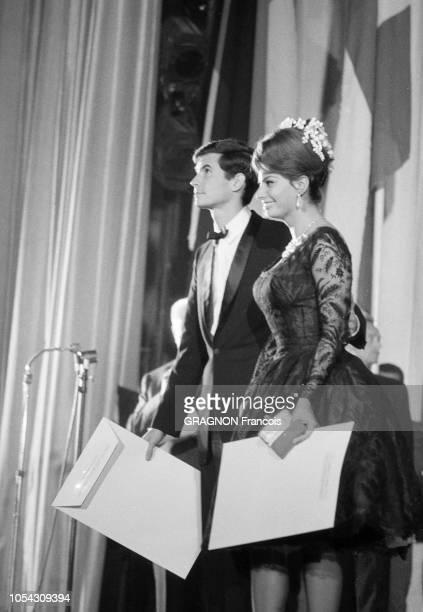 Le 14ème Festival de Cannes se déroule du 3 au 18 mai 1961 La soirée de clôture et son palmarès plan de profil souriant de Sophia LOREN prix...