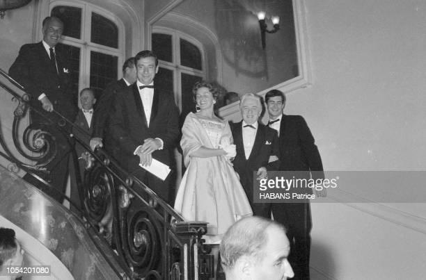 Le 14ème Festival de Cannes se déroule du 3 au 18 mai 1961 l'équipe du film 'Aimezvous Brahms' en tenue de soirée descendant un escalier avant la...
