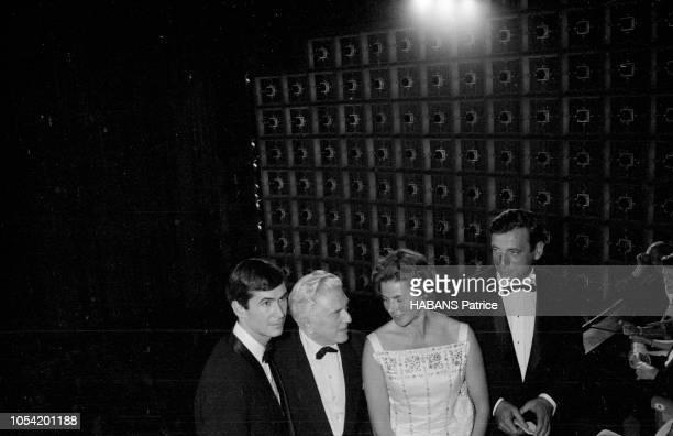 Le 14ème Festival de Cannes se déroule du 3 au 18 mai 1961 l'équipe du film 'Aimezvous Brahms' en tenue de soirée posant au balcon d'une salle pour...