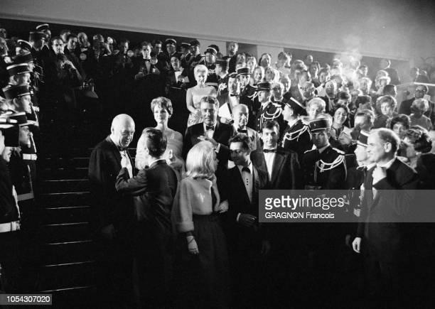 Le 14ème Festival de Cannes se déroule du 3 au 18 mai 1961 l'équipe du film 'Exodus' descendant les marches du Palais des festivals après sa...
