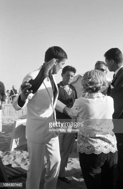 Le 14ème Festival de Cannes se déroule du 3 au 18 mai 1961 plan de profil d'Alain DELON en costume blanc et chemise noire une chaussure à la mai sur...