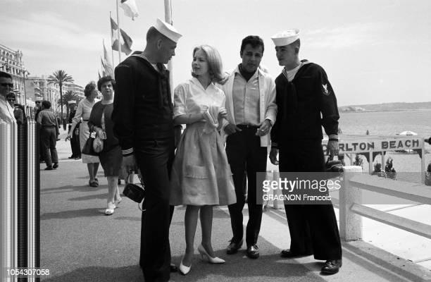 Le 14ème Festival de Cannes se déroule du 3 au 18 mai 1961 Sal MINEO et sa fiancée Jill HAWORTH discutant avec des marins du USS Little Rock sur la...