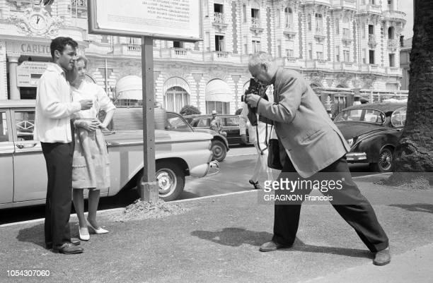 Le 14ème Festival de Cannes se déroule du 3 au 18 mai 1961 Sal MINEO et sa fiancée Jill HAWORTH posant pour un photographe sous l'affiche du film...