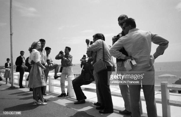 Le 14ème Festival de Cannes se déroule du 3 au 18 mai 1961 Sal MINEO et sa fiancée Jill HAWORTH posant pour des photographes sur la Croisette