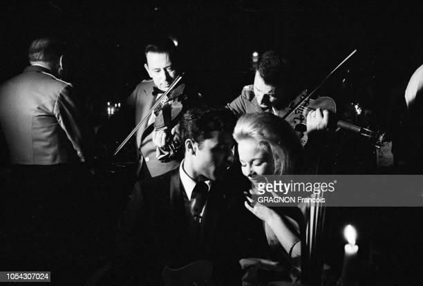 Le 14ème Festival de Cannes se déroule du 3 au 18 mai 1961 Sal MINEO parlant à l'oreille de sa fiancée Jill HAWORTH éclatant de rire tous deux...
