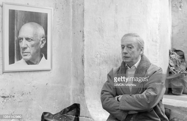 """Le 16 mars 1985 --- Yves MONTAND à """"La Colombe d'Or"""" commentant les résultats des élections législatives et régionales du 16 mars 1986. L'acteur et..."""