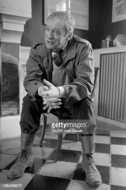 AUTHEUIL le 19 septembre 1982 Rendezvous avec Yves MONTAND dans sa propriété Ici parlant assis sur une chaise le buste en avant et les coudes posés...