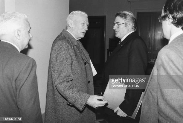 Le 1er ministre Pierre Mauroy et Maurice Couve de Murville à l'assemblée nationale à Paris le 26 janvier 1982, France.