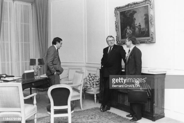 Le 1er ministre Pierre Mauroy et ses collaborateurs, Jean Peyrelevade et Richard Gradel à l'Hotel Matignon à Paris le 26 janvier 1982, France.