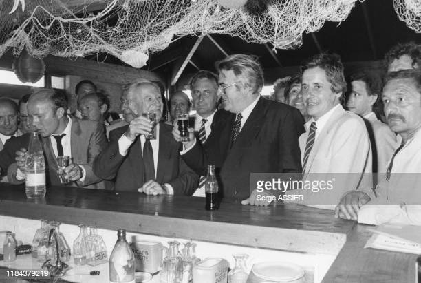 Le 1er ministre Pierre Mauroy trinque avec Gaston Defferre, ministre de l'intérieur et maire de Marseille le 12 juin 1981, France.